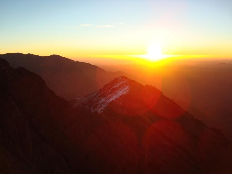 Soleil levant depuis le sommet du Toubkal, Maroc