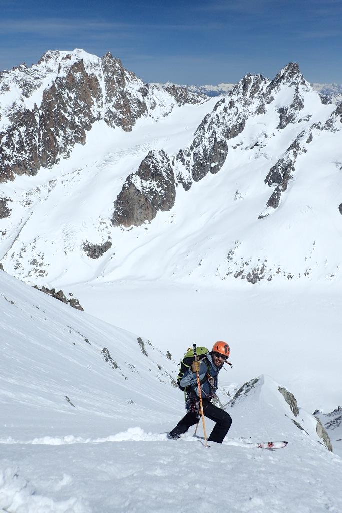 Votre guide à Chamonix  fait du ski de pente raide avec des allumettes au pieds