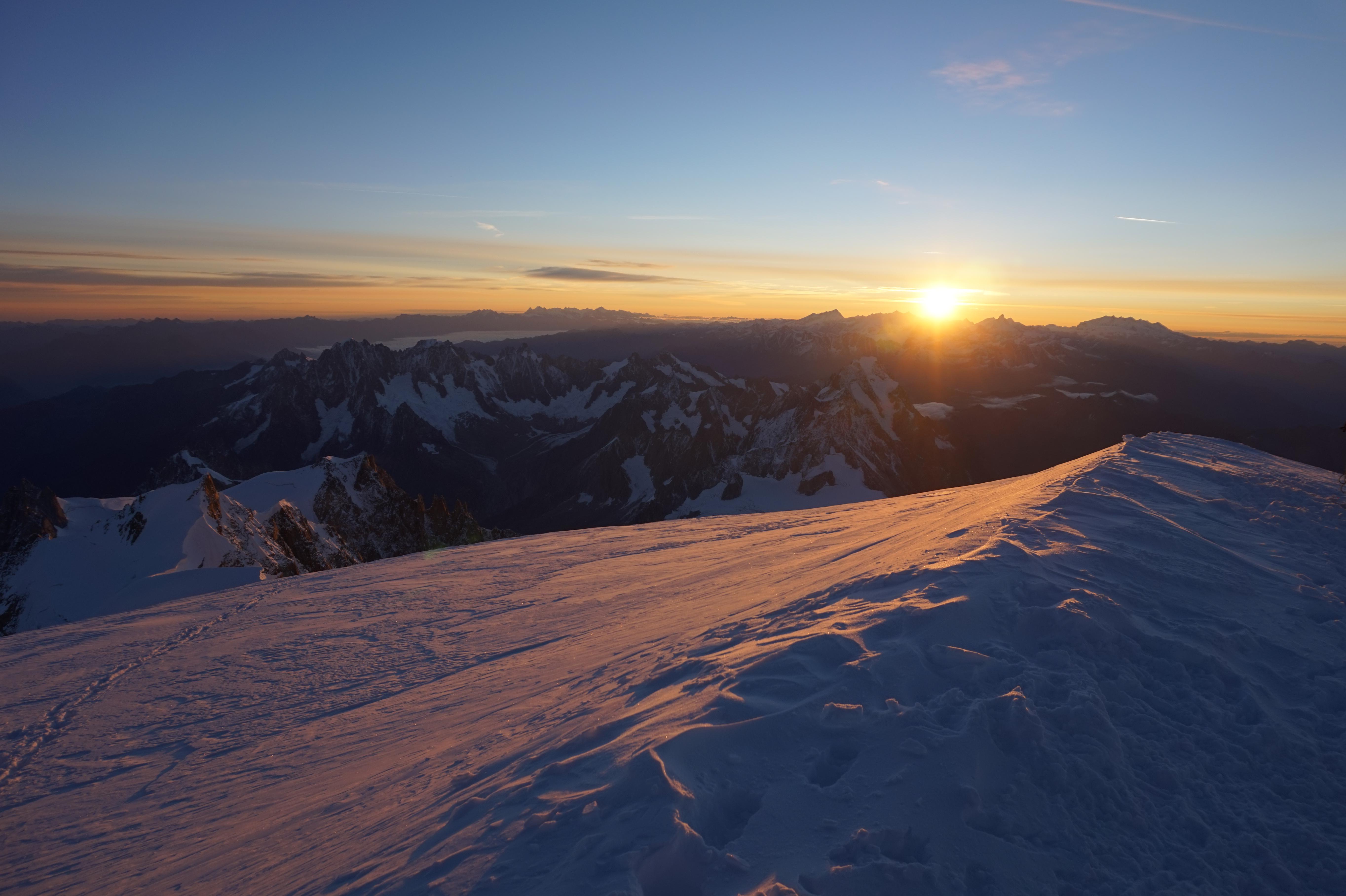 Levé de soleil au sommet du Mont Blanc