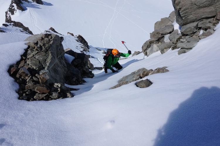 Stagiaire en tête dans une goulotte de neige