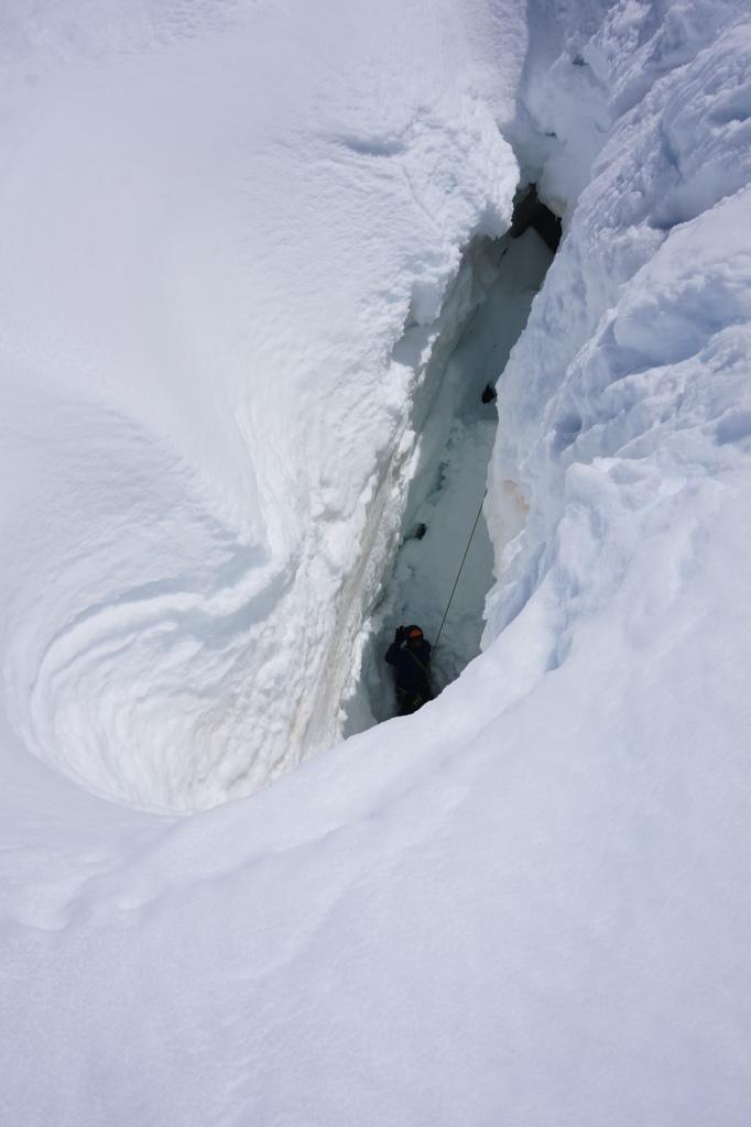Un stagiaire au fond d'une crevasse durant un exercice de secours